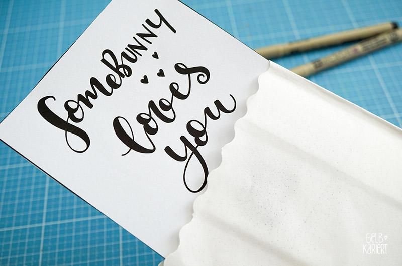 Oster-DIY, Osterdeko, Lichttüte mit Handlettering, Lettering, Ostern, Sprüche, Somebunny loves you, Faux Calligraphy, Vorlage als Printable, Anleitung Lettering, Handlettering lernen, Gelbkariert Blog