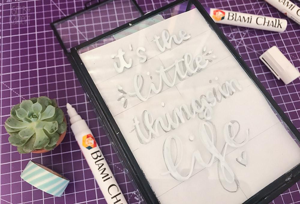 Chalklettering, Vitrinendose mit Chalklettering, Chalk Marker, Blami Arts, Ideen fürs Lettering, DIY Idee, Handlettering Anleitung, Gelbkariert Blog