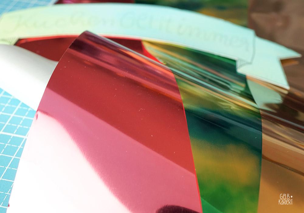 DIY - Anleitung Handlettering, Banner malen, Transferfolie im Metallic-Look, Banner mit Aquarellhintergrund, Banner mit Metallicfolie, Folieren mit Klebestift, Metallicfolie, Lettering, Kuchenliebe, Kuchentopper, Lettering für Tortendekoration, Caketopper mit Metalliceffekt, Aquarellieren mit Brush Pen, Metallic Handlettering, Gelbkariert Handlettering Blog