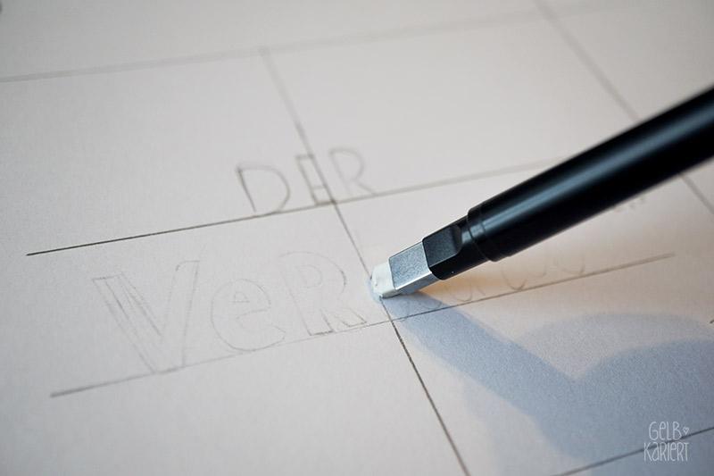 Lettering auf ein Notizheft übertragen; DIY Anleitung für Handlettering auf Kraftpapier mit Fineliner und Polychromos Buntstiften, plus Printable, ein Lettering entwerfen für Anfänger., Gelbkariert Blog