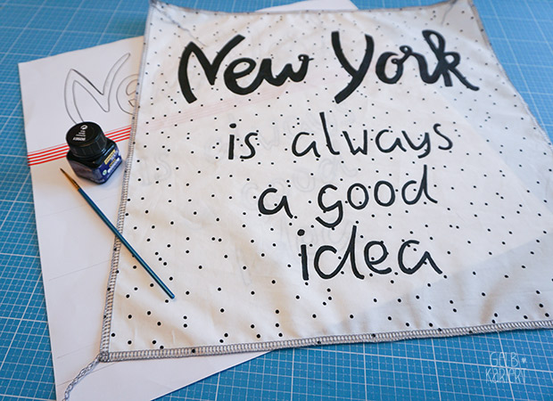 DIY: Handlettering Kissen | Kissenhülle mit Hotelverschluss nähen | Kissenhülle mit Paspelband nähen | New York City Blogparade | Nähanleitung | Stoffmalfarbe | Gelbkariert