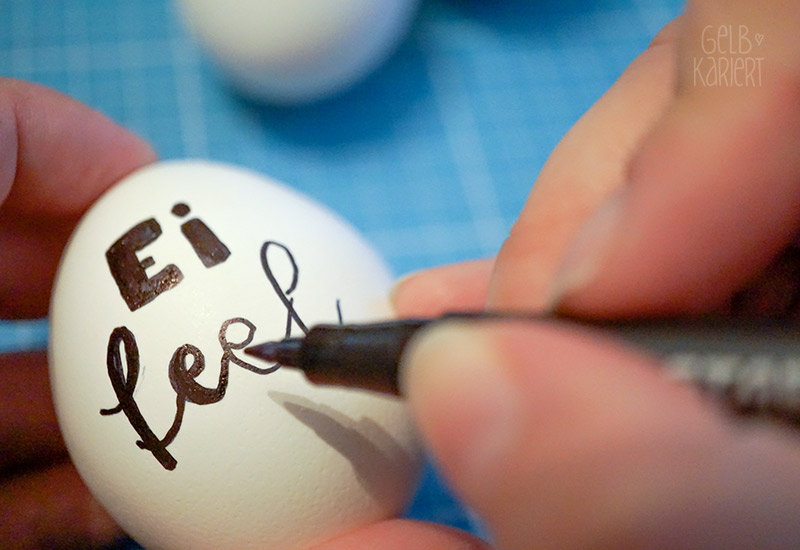 Ostereier bemalen, DIY Idee Ostern, Osterdeko, Ostereier mit Handlettering, Lettering Ideen, Eier bemalen, Gelbkariert Blog